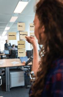 Salina Mostert gebruikt post-its om de strategie te bepalen