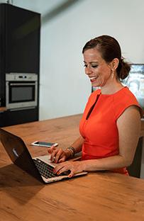 Femke Marcar werkend achter laptop